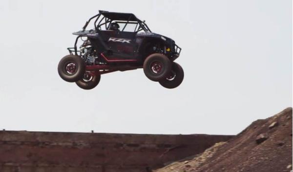 Buggy RZP XP 1000 salto en el aire