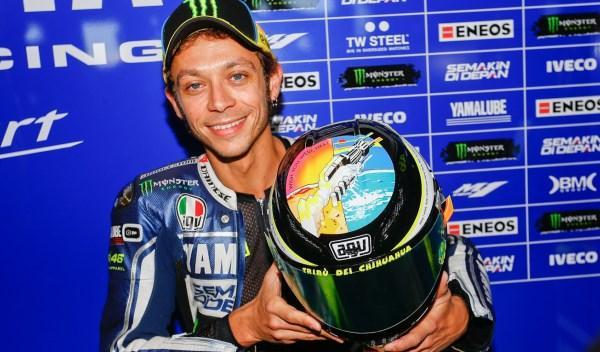 Valentino Rossi, con su casco homenaje a Marco Simoncelli.