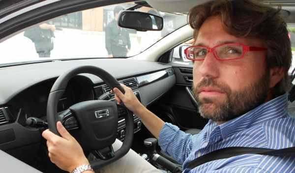 qoros 3 sedan puesto de conducción