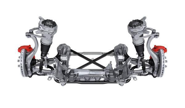 El eje delantero tiene las torretas de la suspensión obligó a idear el capó