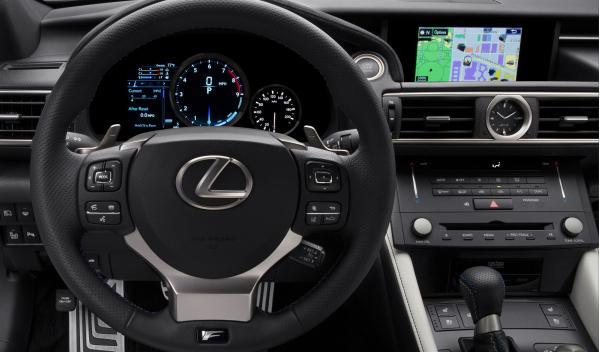 El puesto de conducción del Lexus RC F tiene pocas variaciones