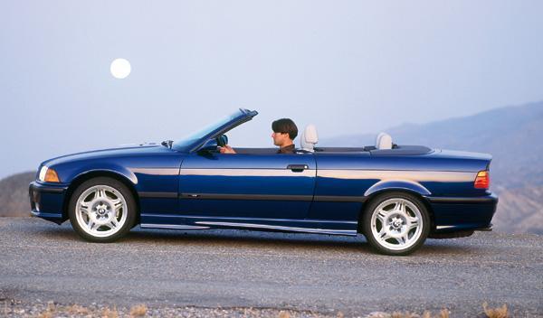 La versión descapotable debuta en 1994, con un techo eléctrico como novedad