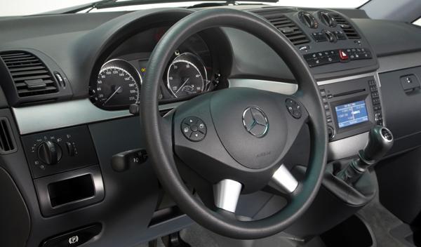 El volante, el pomo del cambio y algunos botones son parte de los elementos que