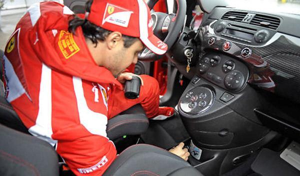 Felipe Massa firmando Abarth 695 Tributo Ferrari