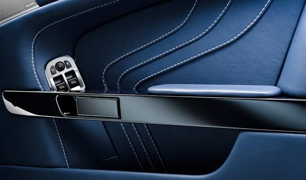 Aston Martin V8 Vantage S puerta