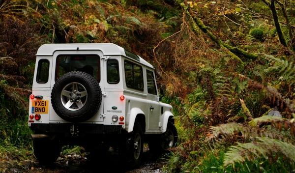 Land-Rover-Defender-2012-trasera