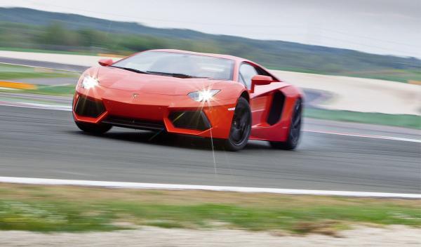 Lamborghini Aventador en una curva
