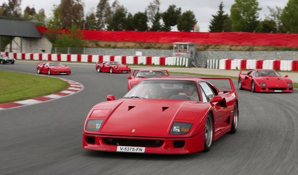 25 Aniversario del Ferrari F40 en Montmeló curva