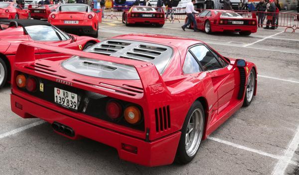 25 Aniversario del Ferrari F40 en Montmeló trasera