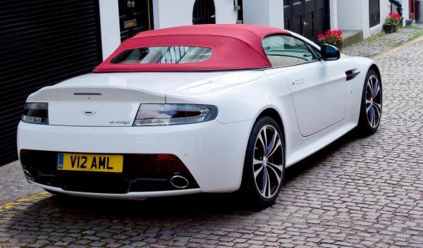 Aston Martin V12 Vantage Roadster trasera