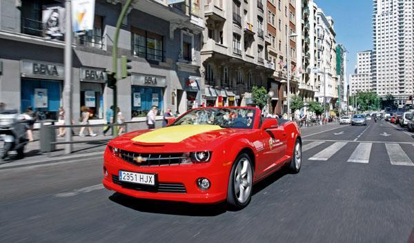 El Camaro Cabrio decorado con los colores de la bandera de España fue uno de los
