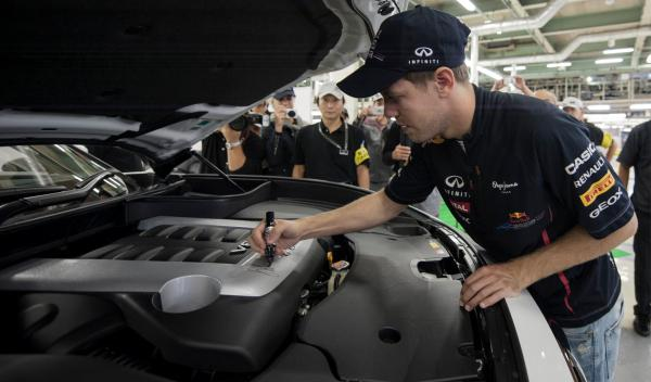 Vettel firmando uno de los motores V8 de 420 Cv de un Infiniti FX Vettel Edition