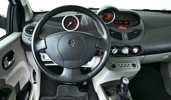 Reanult Twingo II volante interior coche