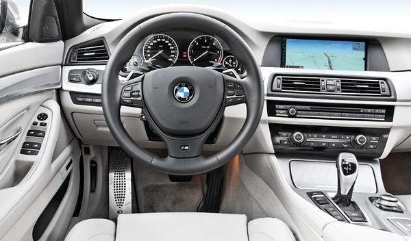 BMW M550d xDrive postura al volante