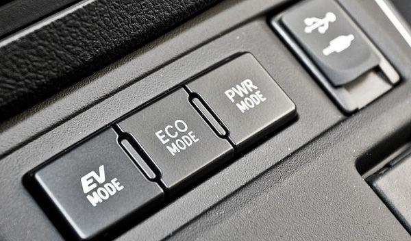 Toyota Auris Hybrid interior botones modos conducción