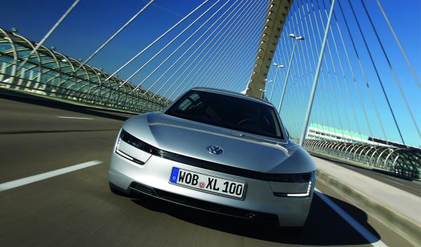 Volkswagen XL1 vista frontal en movimiento