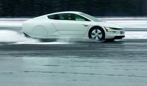 El Volkswagen XL1 parece flotar sobre el agua