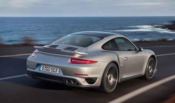 Porsche 911 Turbo y Turbo S tres cuartos trasera