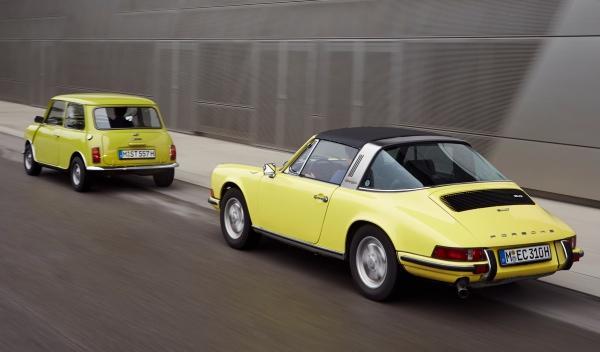 Mini y Porsche, foto trasera