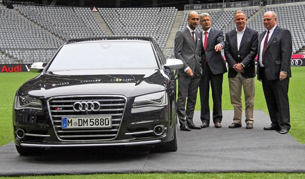 Guardiola, junto a Stadler, Karl-Heinz Rummenigge y Uli Hoeneß