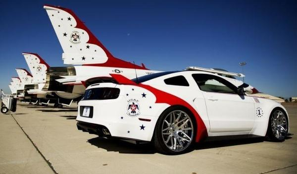 Ford Mustang 2014 Thunderbirds Edition trasera