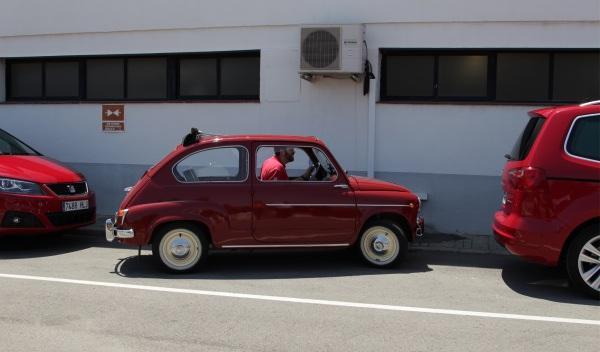 Seat-600-D-prueba-aparcamiento-de-frente