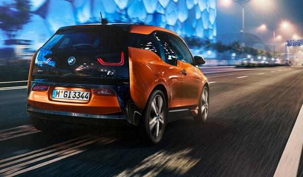BMW i3 de producción trasera naranja