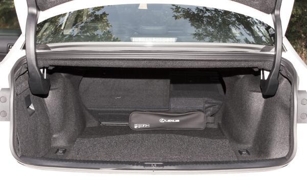 Lexus IS 300 h zona de carga