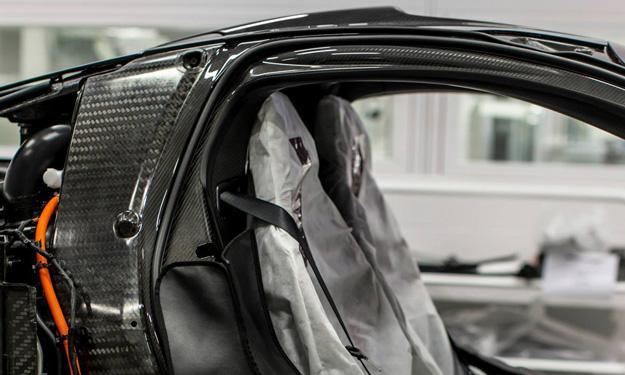McLaren P1 producción interior