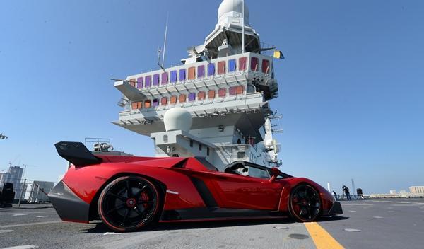 Lamborghini_veneno_roadster_portaaviones_cavour_abu_dhabi_mina_zayed_perfil