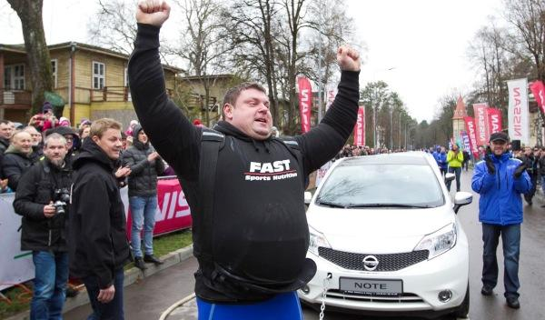 El hombre más fuerte del mundo arrastra 12 Nissan Note