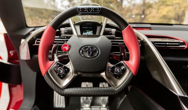 El puesto de conducción del Toyota FT-1