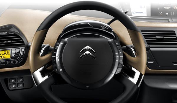 El logo también está presente en el volante