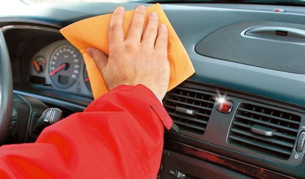 limpieza del coche salpicadero