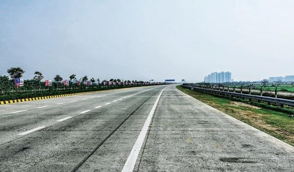 Carretera de peaje vacía en la India