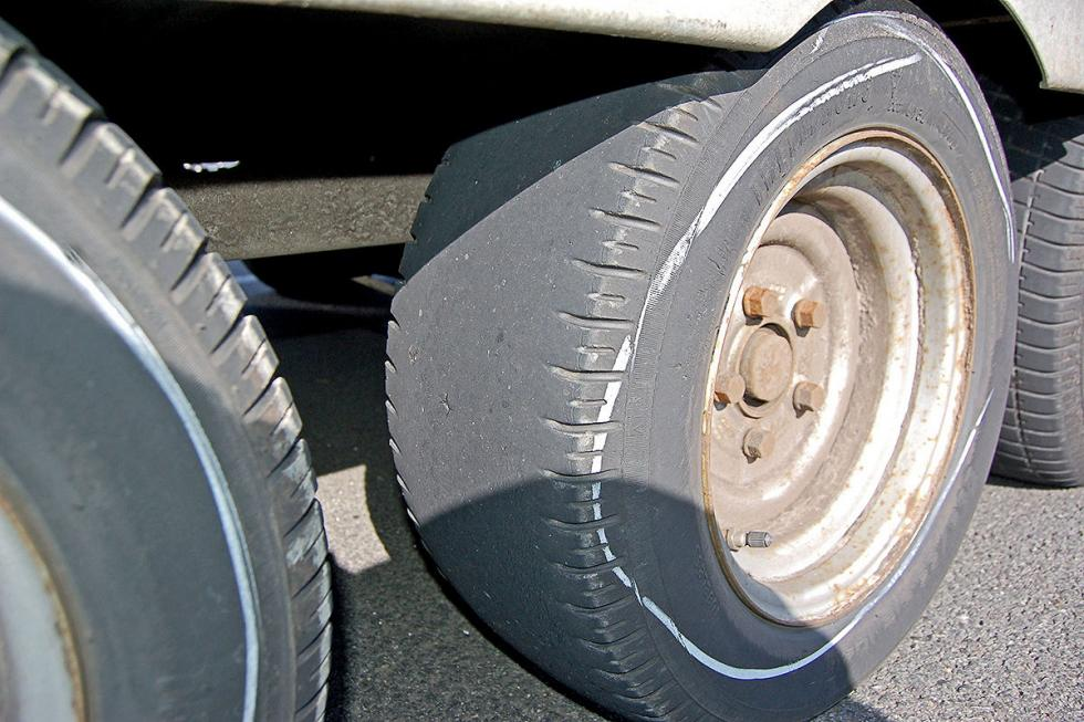 Furgoneta con remolque detenida ruedas