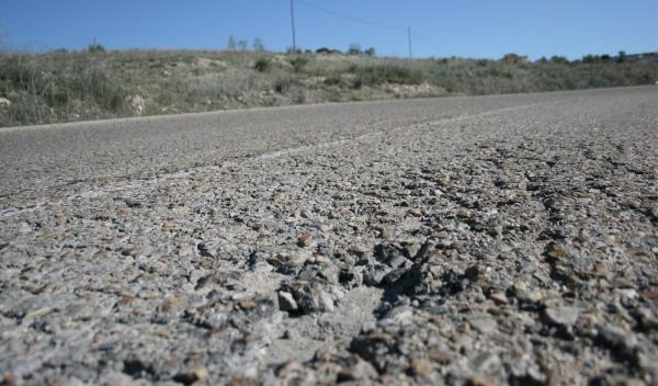 Carretera con la capa exterior del firme ha desaparecido
