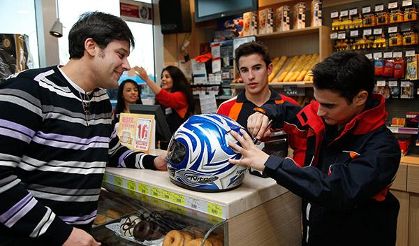 Pedrosa firmando un casco
