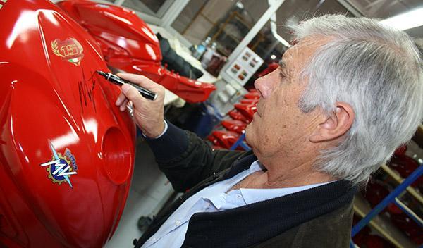 Giacomo Agostini firmando la MV Agusta F3 800 AGO