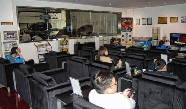 cliente chino monitoriza su coche en taller