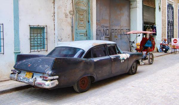 chatarra aparcada en calle cuba