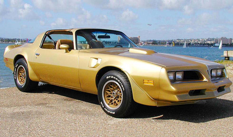 Pontiac Firebird bañado en oro
