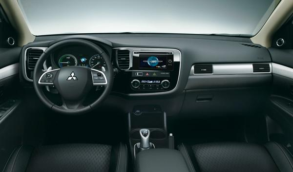 El interior del Mitsubishi Outlander PHEV no tiene grandes diferencias