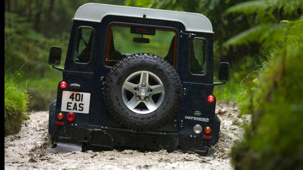 cinco todoterrenos radicales Land Rover Defender trasera