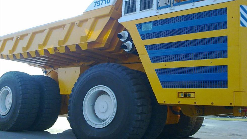 Belaz_75710 lateral detalle ruedas