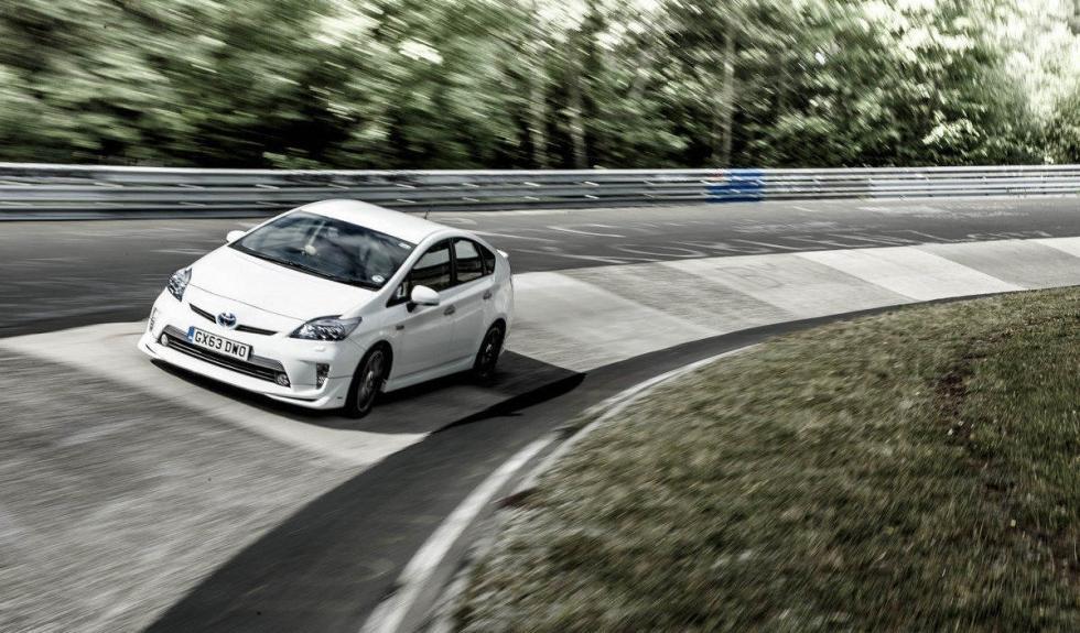 Toyota Prius PHEV curva