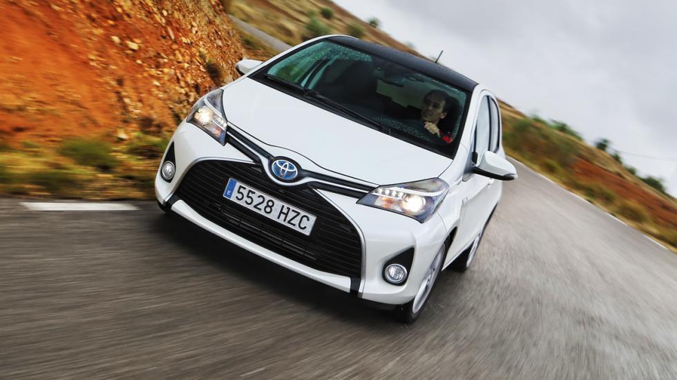 Toyota Yaris HSD frontal en marcha