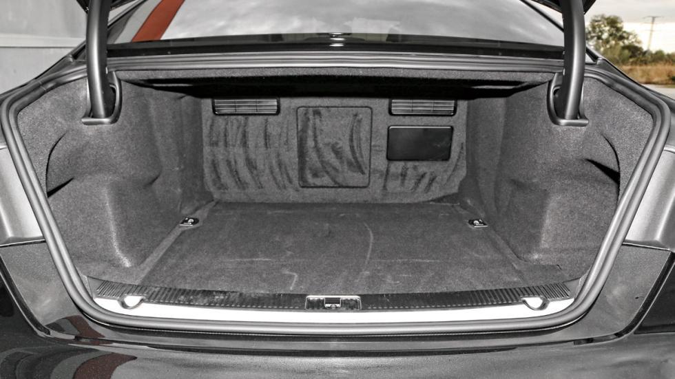 Audi-S8-maletero