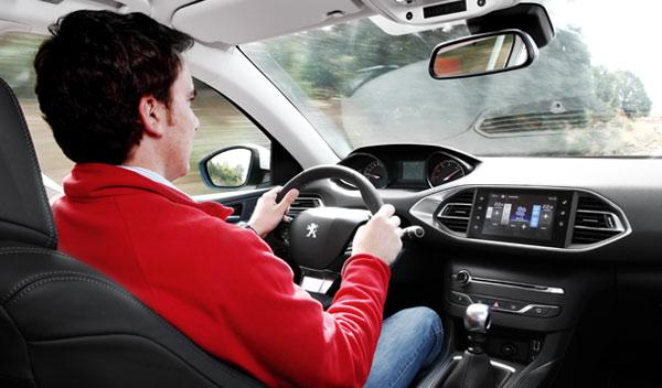 Peugeot 308 2014 conduciendo