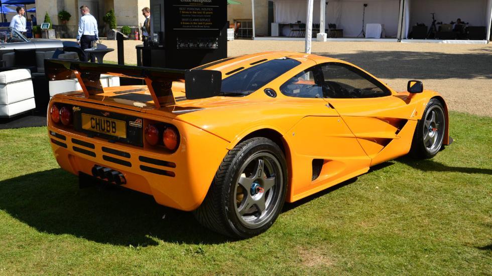 Cinco coches deportivos prácticos McLaren F1 trasera